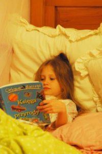 Victoria reading in Polish
